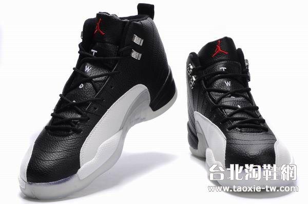 黑白色运动鞋
